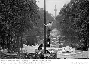 브뤼노 바르베, '리퍼블리크'에서 '당페르-로슈로'로 향하는 학생과 노동자로 구성된 시위대, 파리, 프랑스, 1968 ⓒ Bruno Barbey/Magnum Photos