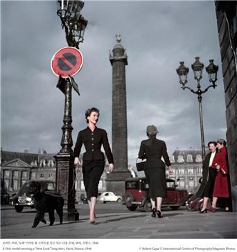 로버트 카파, '뉴룩' 스타일 롱 스커트를 입고 있는 디올 모델, 파리, 프랑스, 1948ⓒ Robert Capa ⓒ International Center of Photography/Magnum Photos