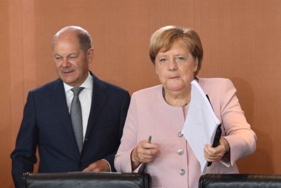 올라프 숄츠 독일 재무장관(왼쪽)과 앙겔라 메르켈 독일 총리(오른쪽). /사진=로이터