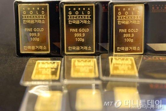최근 6년동안 최고가를 경신하며 금값이 상승세를 타는 가운데 3일 오후 서울 강남구 청담동 한국금거래소 강남본점에서 골드바를 선보이고 있다. / 사진=임성균 기자 tjdrbs23@