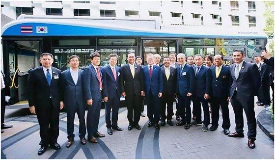 (사진 맨 앞줄 왼쪽 4번째부터)강영권 에디슨모터스 대표, 쁘라윳 짠오차 태국 총리, 문재인 대통령 등 양국 관계자들이 태국형 전기버스 시승을 마치고 기념사진을 찍고 있다/사진제공=에디슨모터스