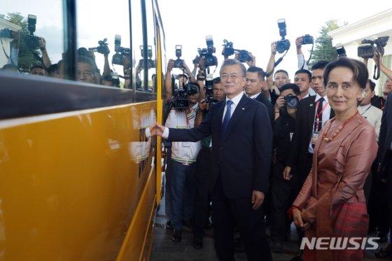 【네피도(미얀마)=뉴시스】박진희 기자 = 문재인 대통령과 아웅산 수찌 미얀마 국가고문이 3일 미얀마 네피도 대통령궁에서 미얀마 학생들을 위해 기증한 스쿨버스를 살펴보고 있다. 2019.09.03.    pak7130@newsis.com