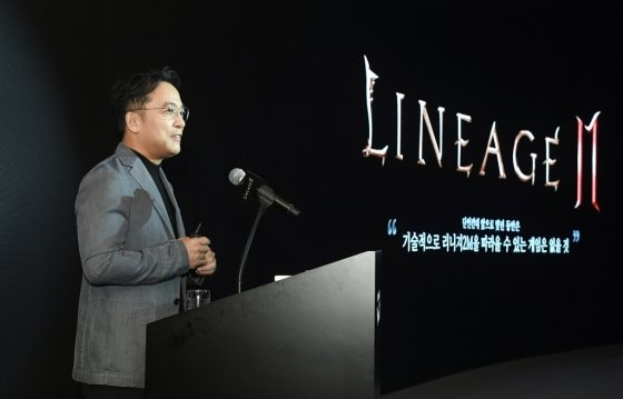 김택진 엔씨소프트 대표는 5일 서울 역삼동 '더 라움'에서 신작 모바일 MMORPG(다중접속역할수행게임) '리니지2M' 미디어 쇼케이스를 열고 신작에 대한 자신감을 내비쳤다. / 사진제공=엔씨소프트