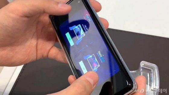 갤폴드를 접으면 실행 중인 앱을 외부 화면으로 이어서 사용할 수 있다. 여러 앱을 실행 중일 때는 메인으로 실행 중인 앱을 외부 화면으로 이어 사용할 수 있다./사진=박효주 기자