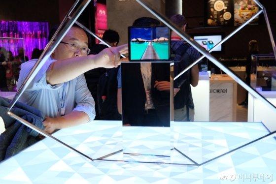 중국 TCL이 독일 베를린에서 열린 IFA 2019에서 공개한 '폴더블 태블릿 디스플레이 콘셉트' 제품. /사진=박소연 기자