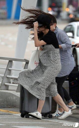 제13호 태풍 '링링'이 한반도를 통과하고 있는 7일 오후 인천국제공항에서 여행객들이 발걸음을 옮기고 있다. /사진=뉴스1.