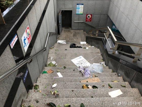 7일 오후 태풍 '링링'이 한반도에 상륙한 가운데 서울 동작구 중앙대병원 앞 지하차도가 강풍에 날려온 쓰레기들로 지저분해 졌다. /사진=유효송 기자