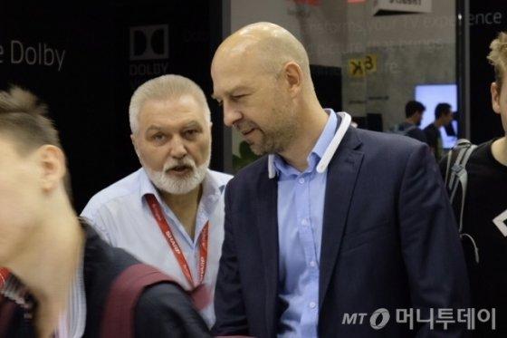 아드리안 와이서키(Adrian Wysocki) 샤프 유럽 프로덕트 매니저(오른쪽)가 IFA 2019 부스에서 대화를 나누고 있다. /사진=박소연 기자