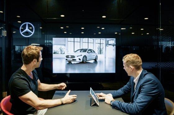 네덜란드 헤이그의 메르세데스-벤츠 매장에서 영업사원이(오른쪽)이 고객과 상담하고 있다./사진제공=메르세데스-벤츠