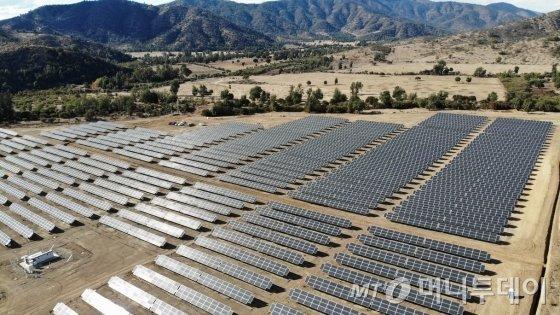 칠레 산티아고 수도주 산페드로 인근에 한국동서발전이 운영 중인 산타로사(santarosa) 태양광발전소 전경. 설비용량 9㎿ 규모로 대림에너지와 미래에셋대우가 사업에 함께 참여했다. / 사진제공=동서발전