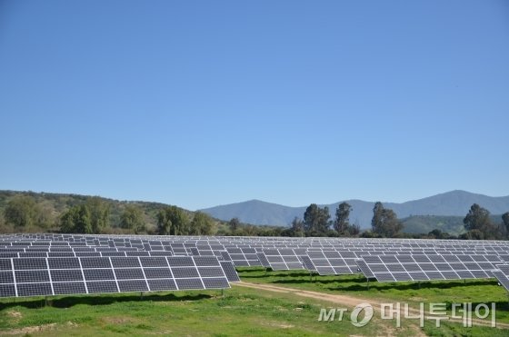 칠레 산티아고 수도주 산페드로 인근에 한국동서발전이 운영 중인 산타로사(santarosa) 태양광발전소 전경. 설비용량 9㎿ 규모로 대림에너지와 미래에셋대우가 사업에 함께 참여했다. /사진=유영호 기자 yhryu@