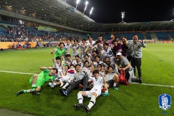지난 6월 11일 U-20 대표팀이 에콰도르를 꺾고 결승 진출을 확정한 뒤 기념촬영을 하고 있다. /사진=대한축구협회 제공