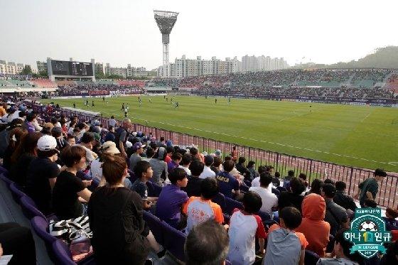 안양 홈구장의 가변석에서 팬들이 경기를 관람하고 있다. /사진=프로축구연맹 제공