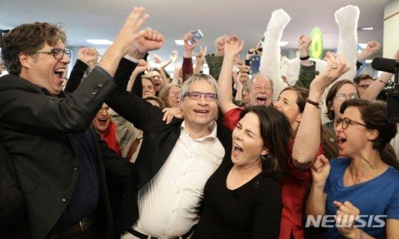 26일(현지시간) 독일의 유럽의회 선거출구조사 결과가 발표된 이후 녹색당 당사에서 환호가 터졌다. 이날 출구조사에서 집권 기독민주당·기독사회당 연합이 저조한 득표율로 승리를 하고, 녹색당이 급부상한 것으로 나타났다. 2019.05.27 베를린=AP/뉴시스.