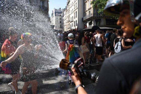 지난 6월29일(현지시간) 프랑스 파리에서 열린 LGBT 게이퍼레이드에서 소방관이 열사병 방지를 위해 참가자들을 향해 물을 뿌리고 있다. /사진=AFP