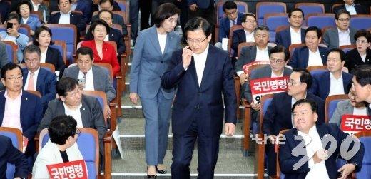 자유한국당 황교안 대표와 나경원 원내대표가 9일 오후 서울 여의도 국회에서 열린 긴급의원총회에 참석하고 있다. / 사진=홍봉진 기자 honggga@