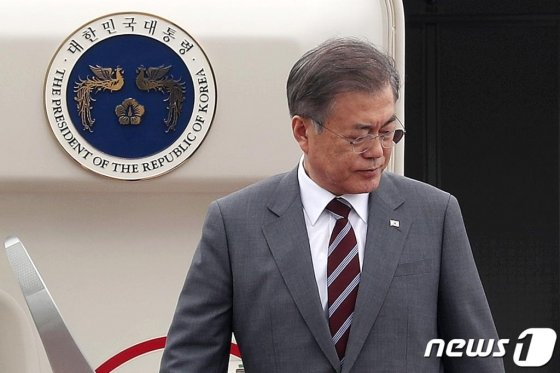 동남아 3개국 순방을 마친 문재인 대통령이 6일 오후 경기도 성남 서울공항을 통해 귀국하고 있다./사진=뉴스1