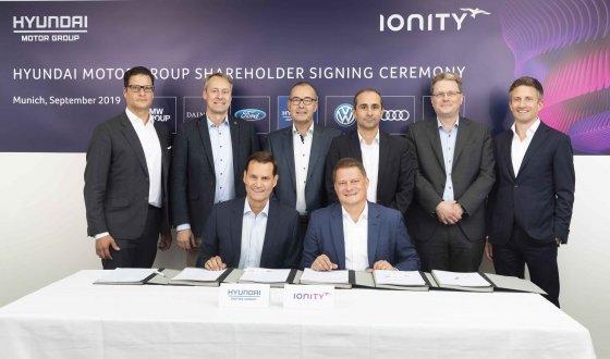 현대·기아차 상품본부 토마스 쉬미에라 부사장(사진 앞줄 좌측)과 아이오니티 마이클 하제쉬 CEO(사진 앞줄 우측)를 비롯 (뒷줄 좌측부터)BMW 베네딕트 슐트(Benedict Schulte) 기업전략담당, 벤츠 클라우스 엘러스(Claus Ehlers) 상품전략담당, 포드 크리스토프 켈러베셀(Christof Kellerwessel) 벤처 기술개발 수석엔지니어, 포르쉐 에롤 퀴로칵(Erol Gurocak) 스마트 모빌리티담당, 아이오니티 마커스 그롤(Marcus Groll) COO, 이이오니티 베른트 에델만(Bernd Edelmann) CFO가 협약서 체결 후 기념촬영을 하고 있다./사진제공=현대차그룹