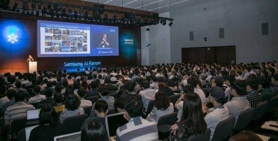 지난해 9월 삼성전자 서초사옥에서 열린 '삼성 AI 포럼 2018'에서 미국 뉴욕대학교 얀 르쿤 교수가 '자기 지도 학습'을 주제로 발표하고 있다. /사진제공=삼성전자