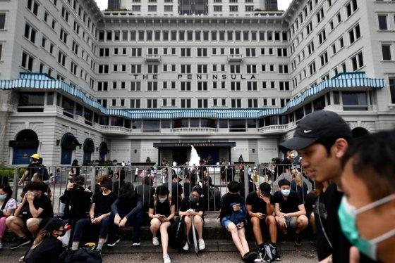 홍콩 침사추이 지역에 있는 페닌술라 호텔 앞에 시위대가 모여 있다. /사진=AFP