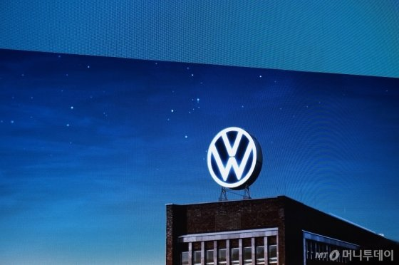 9일(현지시간) 독일에서 공개된 폭스바겐 새 로고가 구현될 예상 모습. /사진=이건희 기자