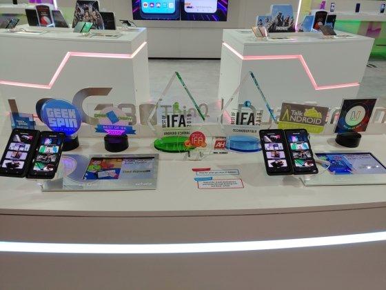 IFA2019 LG전자 부스에 전시된 'LG V50S 씽큐'와 전용 액세서리 'LG 듀얼스크린'./사진=LG전자