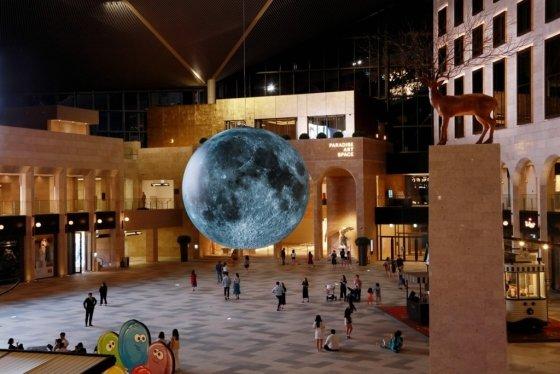 인천 영종도 파라다이스시티 플라자에 세계적 설치작가 루크 제람의 공공미술 프로젝트 '달의 미술관'이 전시되고 있다. /사진=파라다이스