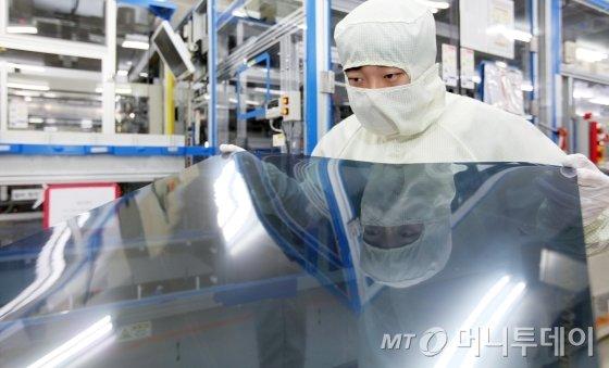 경기도 파주 LG디스플레이 공장에서 연구원들이 나노셀 TV에 적용되는 편광판을 살펴보고 있다./사진제공=LG디스플레이