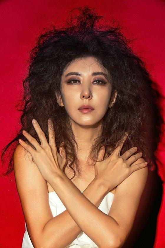 '한국의 마돈나' 김완선은 최근 에버랜드와 함께 1990년 히트곡 '삐에로는 우릴 보고 웃지' 뮤직비디오를 29년만에 찍었다. 레트로와 뉴트로 감성을 접목한 이 뮤비는 유튜브에서 200만 이상의 조회수를 기록하며 인기를 얻고 있다. 김완선은