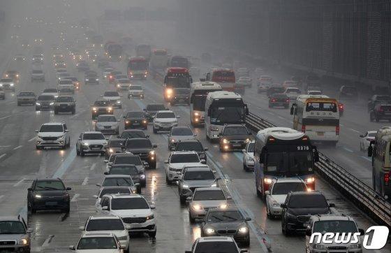 올해 추석 연휴 고속도로 이용 시 귀성길은 12일 오후 4시 이후, 귀경길은 14일 오후 5시 이후가 비교적 순조로울 것으로 전망됐다. 사진은 올해 설 연휴 귀성 차량으로 꽉 막힌 고속도로의 모습./사진=뉴스1