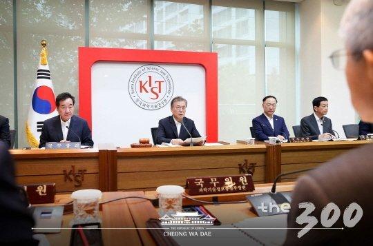 문재인 대통령이 10일 서울 성북구 한국과학기술연구원(KIST)에서 현장 국무회의를 열고 있다./사진=청와대 제공