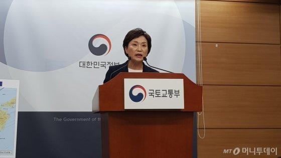 김현미 국토교통부 장관이 10일 정부세종청사에서 기자간담회를 열고 있다./사진= 박미주 기자