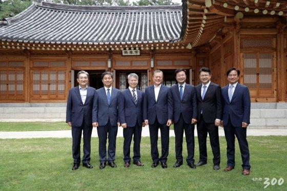 (왼쪽부터)노영민 비서실장, 김영배 민형배 전 비서관, 문재인 대통령, 김우영 복기왕 조한기 전 비서관/사진=민형배 전 비서관 페이스북