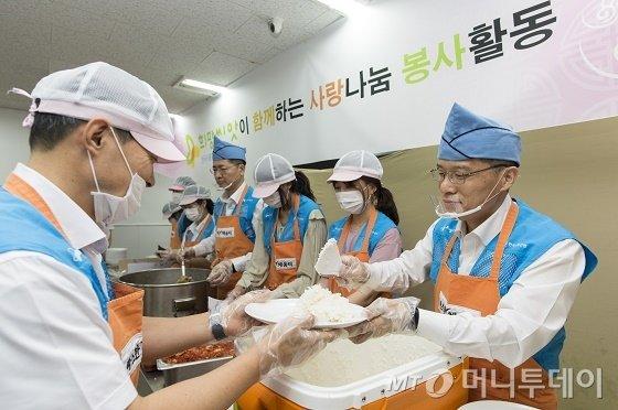 강승중 수출입은행 전무이사(사진 맨 오른쪽)가 10일 임직원들과 함께 서울역 인근 무료급식소 '따스한 채움터'를 찾아 노숙인들을 대상으로 배식 봉사를 하고 있다./사진제공=수출입은행<br> <br> <br>