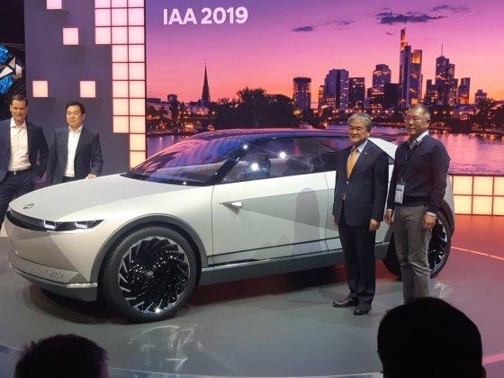 2019 독일 프랑크푸르트 모터쇼에서 EV 콘셉트카 45와 촬영을 하고 있는 정의선 현대차그룹 수석 부회장(사진 맨 오른쪽)./사진=이건희 기자