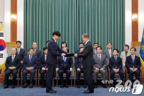 문재인 대통령이 9일 청와대 본관에서 조국 신임 법무부 장관에게 임명장을 수여하고 있다. /사진=청와대 제공