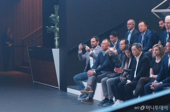 10일(현지시간) 독일 프랑크푸르트 모터쇼에 참석해 현대차 콘퍼런스를 지켜보는 정의선 현대차그룹 수석부회장(가장 왼쪽 끝에서 두번째 인물). /사진=이건희 기자