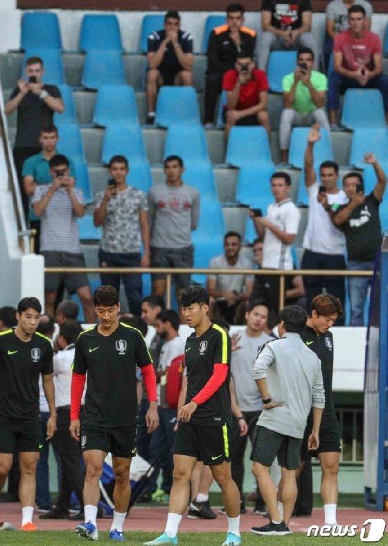 투르크메니스탄 시민들이 9일 오후(현지시간) 투르크메니스탄 아시가바트 코페다그 경기장에서 열린 한국 축구대표팀 선수들의 훈련을 지켜보며 환호하고 있다. /사진=뉴스1