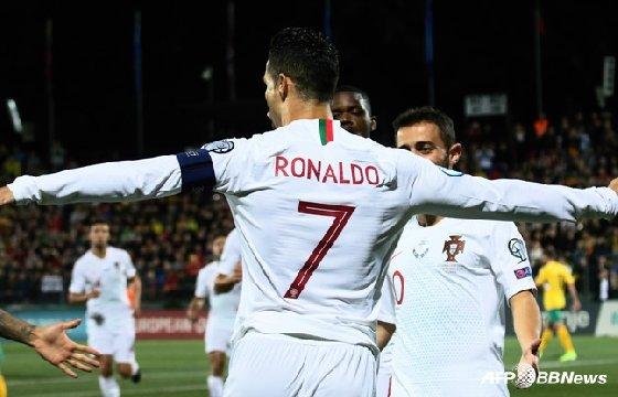 크리스티아누 호날두가 11일 리투아니아전에서 골을 터뜨리고 기뻐하고 있다. /사진=AFPBBNews=뉴스1