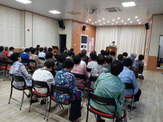 LH 주거급여 전담직원이 전남 순천시 소재 주민센터를 방문해 주거급여제도를 설명하고 있다.