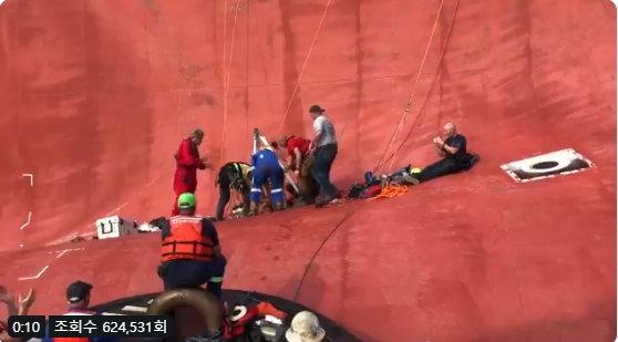 골든베이호 마지막 생존자가 구조되고 있는 모습./사진제공=미국 해안경비대 트위터