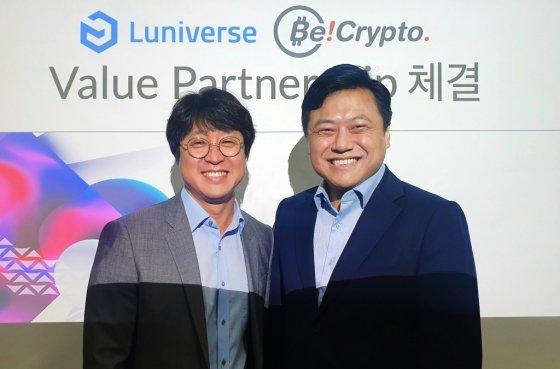 (왼쪽부터)람다256 박재현 대표와 비크립토 김문수 대표가 11일 루니버스 밸류 파트너십 체결에 대한 업무 협약식을 진행했다.