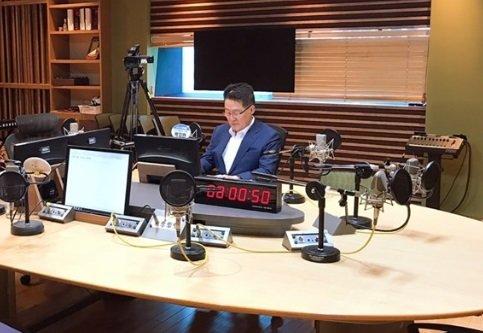 라디오에 출연한 박지원 무소속 의원. / 사진 = 박지원 개인 페이스북 캡쳐