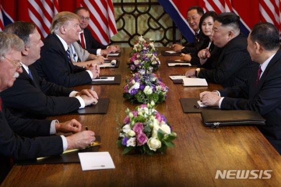【하노이=AP/뉴시스】도널드 트럼프 미국 대통령과 김정은 북한 국무위원장이 28일(현지시간) 하노이 메트로폴 호텔 회담장에서 확대 양자 회담을 하고 있다.   확대 회담에 미국 측에서는 존 볼턴 백악관 국가안보보좌관, 마이크 폼페이오 국무장관, 믹 멀베이니 백악관 비서실장 대행이 배석했고 북측에서는 리용호 외무상과 김영철 노동당 부위원장이 함께했다.  백악관이 공지한 2차 북미 정상회담 2일 차 일정은 '양자 단독회담-확대 양자 회담-업무 오찬-합의문 서명식' 등의 순서로 진행되는 것으로 알려졌다. 2019.02.28.