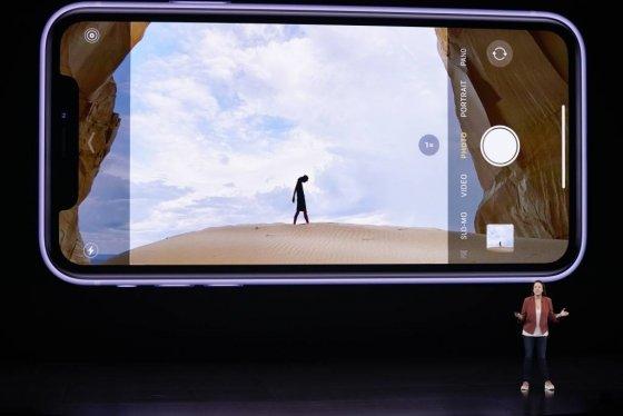 【쿠퍼티노=AP/뉴시스】애플의 카이안 드랜스 시니어 디렉터가 10일(현지시간) 미 캘리포니아주 쿠퍼티노의 스티브 잡스 극장에서 열린 '애플 스페셜 이벤트 2019' 중 아이폰11 시리즈에 관해 설명하고 있다.  애플은 이날 아이폰11, 아이폰11 프로, 아이폰11 프로 맥스 등 신형 아이폰 3가지 모델과 신형 스마트워치 '애플워치5' 및 '애플TV+' 등을 발표했다.  공개된 아이폰11 시리즈 3종은 혁신적 기능보다는 전작 대비 성능을 강화하는 데 주력했고, 가격이 상대적으로 저렴하다는 평가를 받고 있다. 2019.09.11.