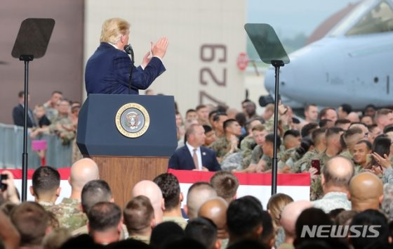 【평택=뉴시스】이영환 기자 = 도널드 트럼프(Donald Trump) 미국 대통령이 30일 오후 경기 평택시 주한미군 오산 공군기지에서 연설을 하며 박수를 보내고 있다. 2019.06.30.    20hwan@newsis.com