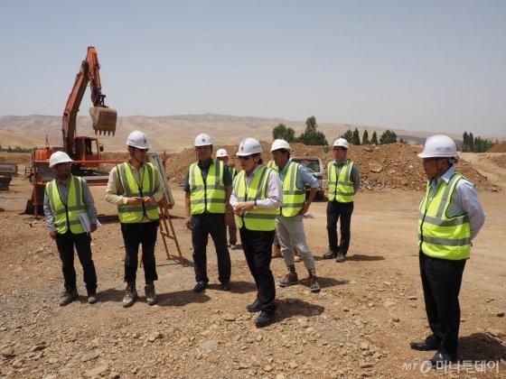 김석준 쌍용건설 회장(사진 왼쪽에서 네번째)이 2015년 이라크 쿠르트 공사 현장을 찾아 직원들을 격려하는 모습. /사진제공=쌍용건설