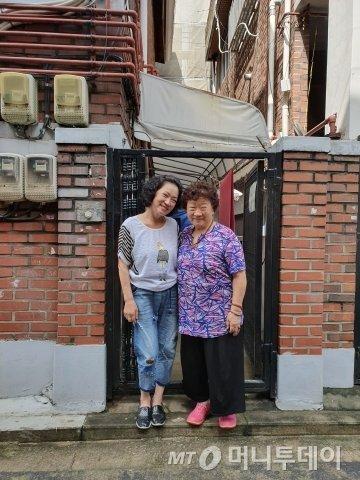 지난 10일 서울 성동구 송정동에서 자원봉사자 김진옥씨(63·왼쪽)와 독거 어르신 홍종애씨(77) /사진=김상준 기자
