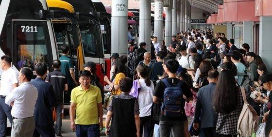 추석 연휴를 하루 앞둔 11일 오후 서울 서초구 센트럴시티터미널 호남선에 고향으로 내려가려는 시민들이 버스를 타고 있다. / 사진=뉴시스