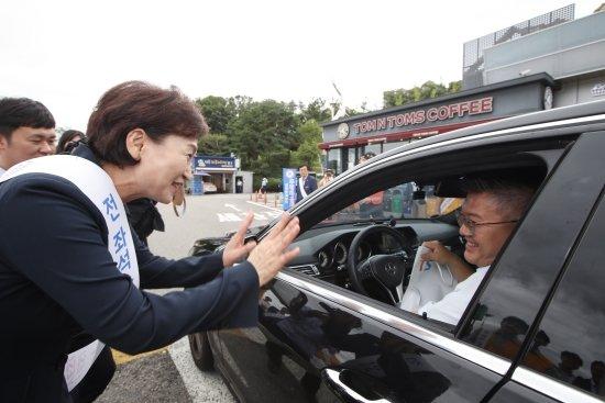김현미 국토교통부 장관이 11일 경부고속도로 기흥휴게소(부산방면)에서 열린 추석 연휴 교통사고 특별예방 캠페인에 참여하고 있다. <br> <br>